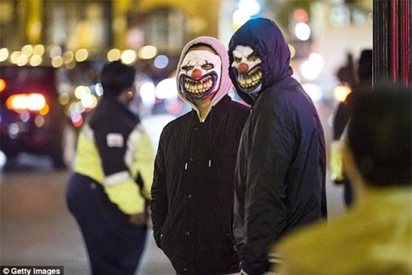 Người dân Úc ám ảnh trước sự khủng bố của những chú hề kinh dị trên đường phố - Ảnh 6.