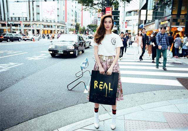"so bi nghi dung hang nhai, ha ho in han chu ""real"" len tui xach - 1"