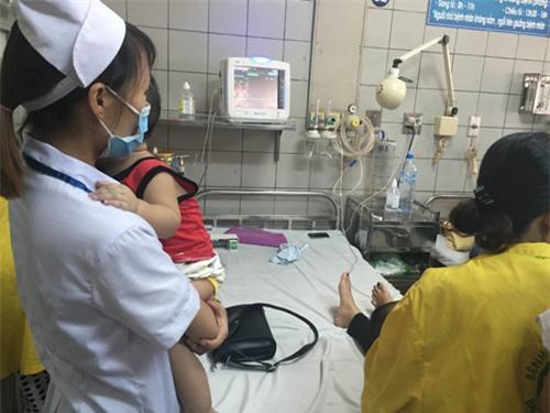 Bàn tay tổn thương đã dập nát, các bác sĩ buộc phải cắt bỏ hoàn toàn và tạo mỏm cụt cho bệnh nhi