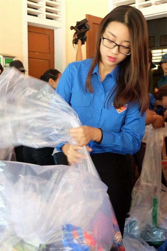 Hoa hậu Mỹ Linh quyên góp từ thiện 0