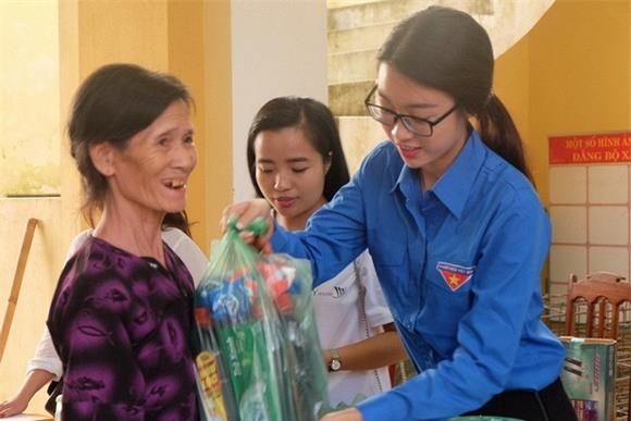 Hoa hậu Mỹ Linh quyên góp từ thiện 2
