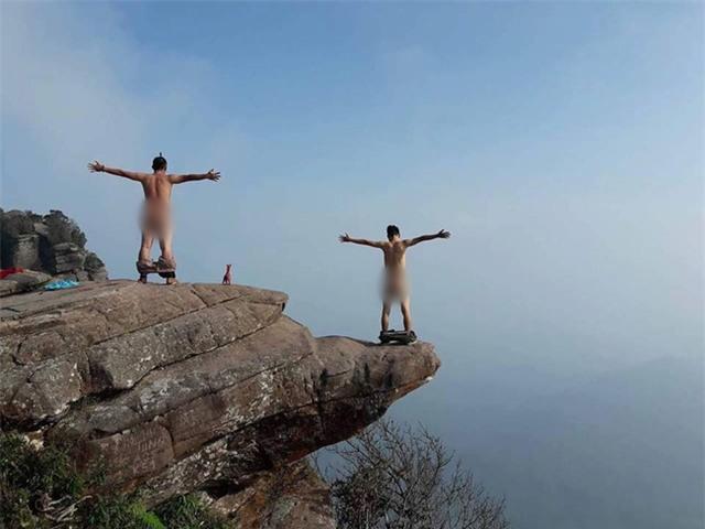 Các nam phượt thủ có sở thích trần truồng check-in trên đỉnh núi khiến phái nữ bức xúc - Ảnh 1.