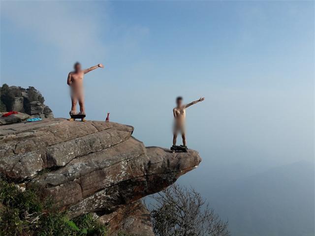 Các nam phượt thủ có sở thích trần truồng check-in trên đỉnh núi khiến phái nữ bức xúc - Ảnh 3.