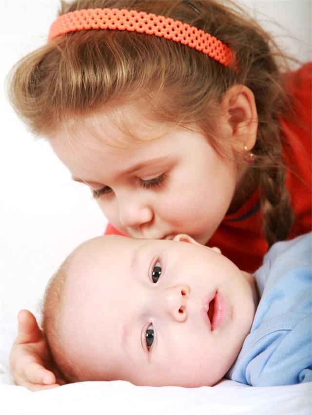 Bức thư bênh vực cậu em trai tự kỷ của cô bé 6 tuổi làm tan chảy trái tim hàng triệu người - Ảnh 1.