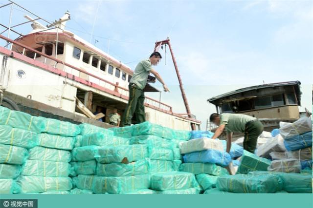 Cảnh sát Trung Quốc thu giữ gần 200 tấn thực phẩm đông lạnh bẩn ở khu vực biên giới - Ảnh 1.