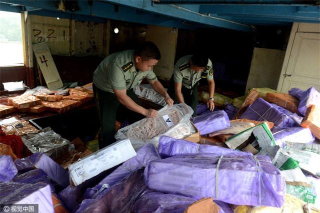 Cảnh sát Trung Quốc thu giữ gần 200 tấn thực phẩm đông lạnh bẩn ở khu vực biên giới - Ảnh 4.