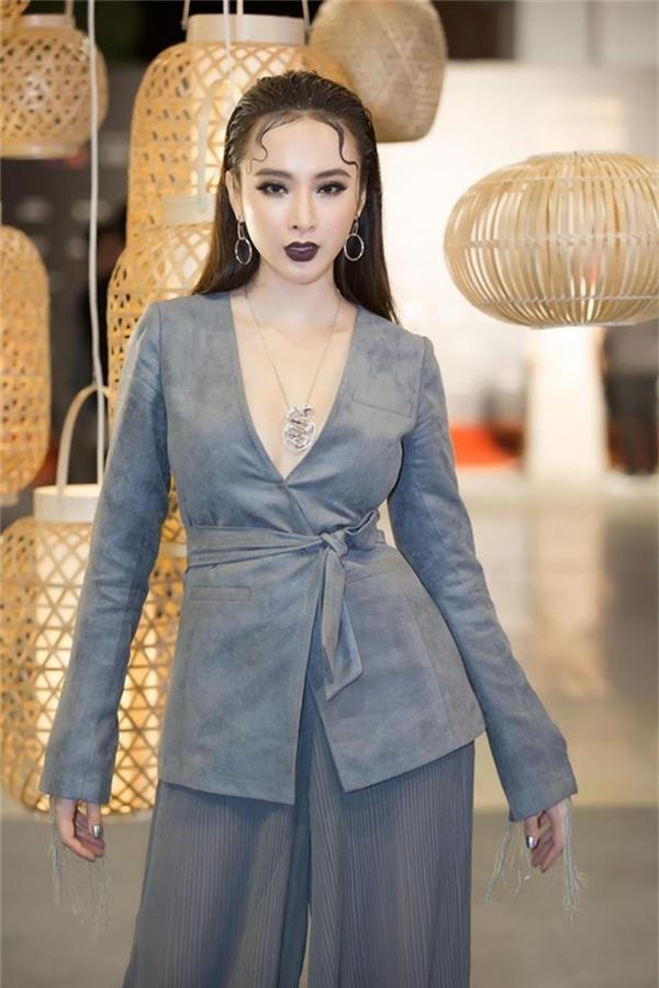 Gần đây nhất khi đến dự show diễn của nhà thiết kế Nguyễn Công Trí, Angela Phương Trinh phải liên tục lấy tay che chắn phần ngực vì sợ lộ hàng với chiếc áo khoét sâu.