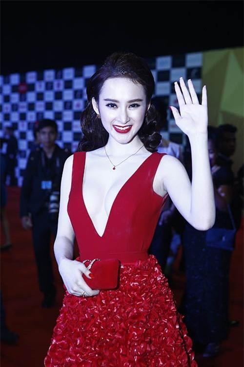Bộ váy đỏ của nhà thiết kế Minh Tú giúp Angela Phương Trinh nhận nhiều lời khen trên thảm đỏ Đêm hội chân dài.
