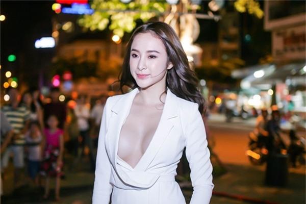 Trang phục hở ngực giúp Angela Phương Trinh trông quyến rũ nhưng cũng không ít lần khiến cô bối rối khi xuất hiện trước khán giả.