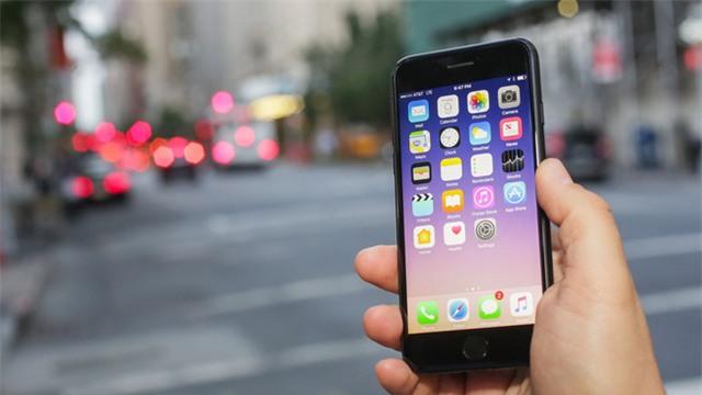 8 chiếc smartphone không chỉ đẹp mà còn có pin trâu - Ảnh 2.