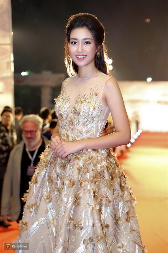 Bế mạc LHP Quốc tế Hà Nội: Hoa hậu Mỹ Linh kín đáo, Ngọc Hân - Nam Em lấp ló vòng 1 gợi cảm - Ảnh 2.