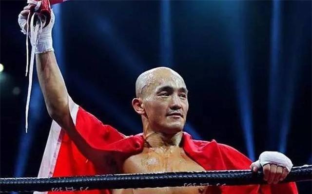 """6 lần """"đo sàn"""", Yi Long vẫn thắng """"Thánh Muay Thái"""" theo cách khó tin"""