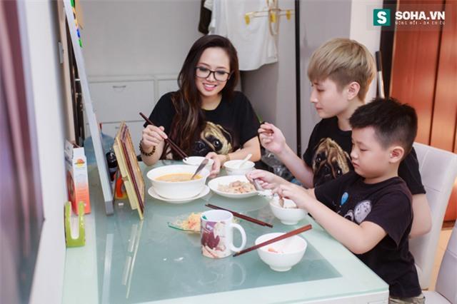 Bố mẹ MC Ngọc Trang sốc khi biết con gái sống cùng chồng chuyển giới - Ảnh 13.