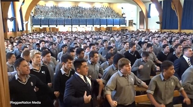 Video: Hàng trăm nam sinh nhảy cực sung, rung cả sàn để chia tay thầy giáo về hưu - Ảnh 2.