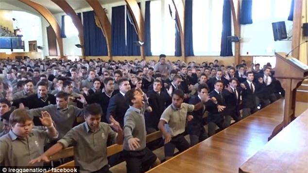Video: Hàng trăm nam sinh nhảy cực sung, rung cả sàn để chia tay thầy giáo về hưu - Ảnh 3.
