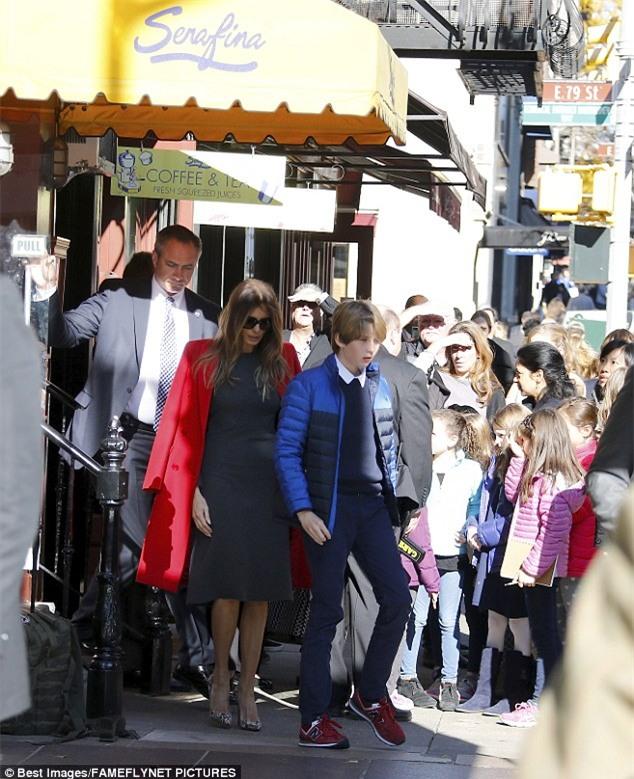 Cậu út nhà Donald Trump cực điển trai đi ăn trưa cùng mẹ khiến nhiều người xuýt xoa ngắm nhìn - Ảnh 1.