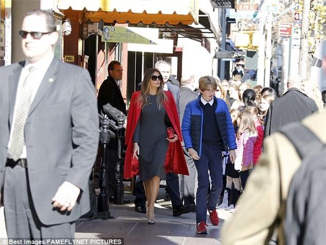 Cậu út nhà Donald Trump cực điển trai đi ăn trưa cùng mẹ khiến nhiều người xuýt xoa ngắm nhìn - Ảnh 4.
