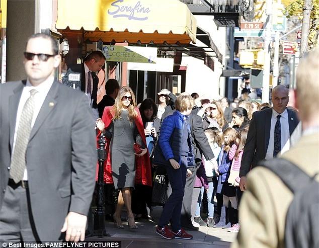 Cậu út nhà Donald Trump cực điển trai đi ăn trưa cùng mẹ khiến nhiều người xuýt xoa ngắm nhìn - Ảnh 5.