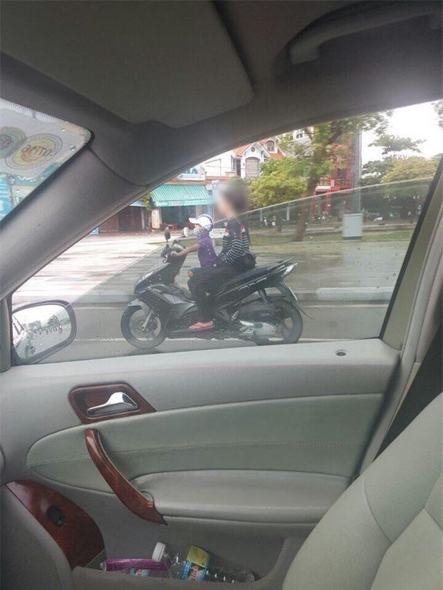 Thót tim cảnh bé trai lái xe máy chở theo một cô gái không đội mũ bảo hiểm trên đường - Ảnh 2.
