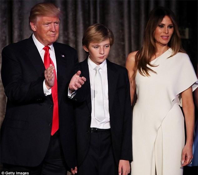 Bà Melania Trump cùng cậu út Barron sẽ không chuyển vào Nhà Trắng - Ảnh 1.