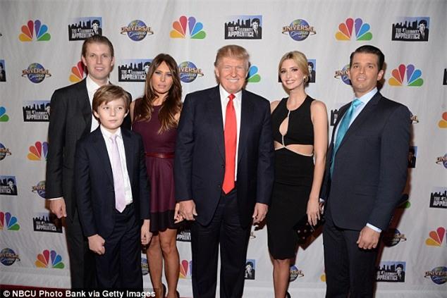 Bà Melania Trump cùng cậu út Barron sẽ không chuyển vào Nhà Trắng - Ảnh 2.