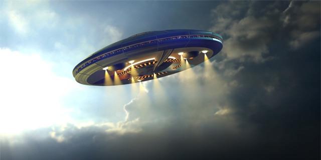 Máy bay chở khách đụng độ với UFO bí ẩn, hàng chục hành khách suýt bỏ mạng - Ảnh 2.