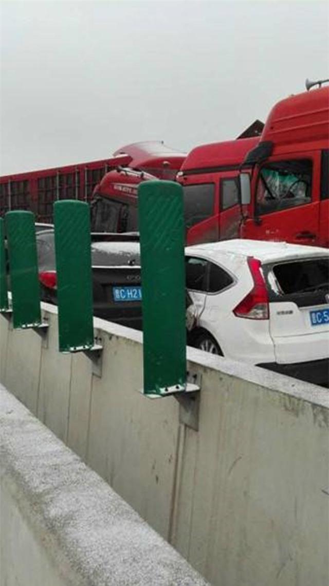 56 ôtô đâm liên hoàn ở Trung Quốc, 17 người chết - Ảnh 2.