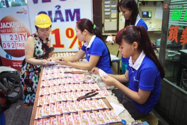 Người mua vé số tăng đột biến, các đại lý Vietlott ở Sài Gòn đã bán giá thấp hơn quy định - Ảnh 1.