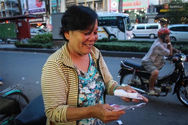 Người mua vé số tăng đột biến, các đại lý Vietlott ở Sài Gòn đã bán giá thấp hơn quy định - Ảnh 2.
