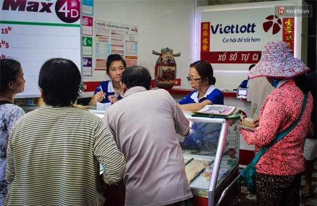 Người mua vé số tăng đột biến, các đại lý Vietlott ở Sài Gòn đã bán giá thấp hơn quy định - Ảnh 3.
