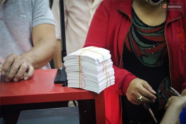 Người mua vé số tăng đột biến, các đại lý Vietlott ở Sài Gòn đã bán giá thấp hơn quy định - Ảnh 4.