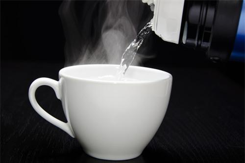 Một cốc nước nóng trị đến 6 bệnh thường gặp: Đơn giản nhưng nhiều người quên làm - Ảnh 2.