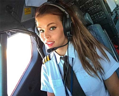 Nữ phi công đẹp tuyệt trần với những thế Yoga gây sốt - 1