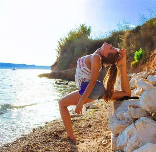 Nữ phi công đẹp tuyệt trần với những thế Yoga gây sốt - 10