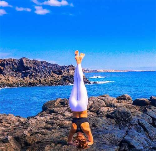 Nữ phi công đẹp tuyệt trần với những thế Yoga gây sốt - 2