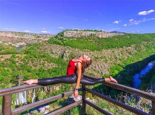 Nữ phi công đẹp tuyệt trần với những thế Yoga gây sốt - 4