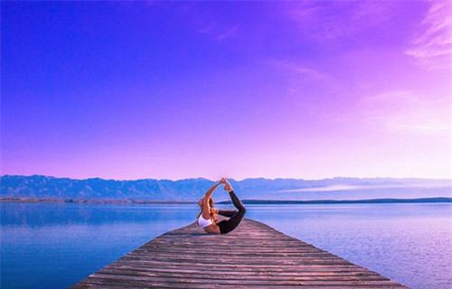 Nữ phi công đẹp tuyệt trần với những thế Yoga gây sốt - 5