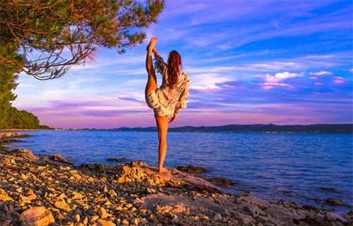 Nữ phi công đẹp tuyệt trần với những thế Yoga gây sốt - 6
