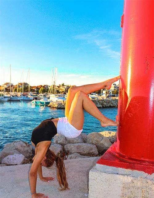 Nữ phi công đẹp tuyệt trần với những thế Yoga gây sốt - 7