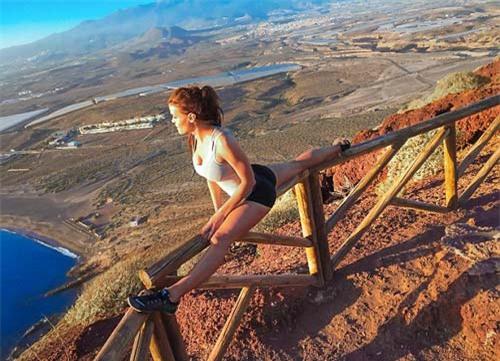 Nữ phi công đẹp tuyệt trần với những thế Yoga gây sốt - 8