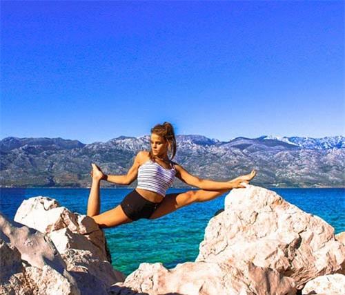 Nữ phi công đẹp tuyệt trần với những thế Yoga gây sốt - 9