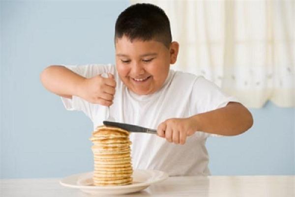 Trẻ béo phì có nguy cơ cao mắc gan nhiễm mỡ. Ảnh minh họa