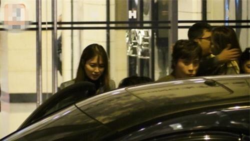 Lee Byung Hun uống rượu say ôm hôn người phụ nữ khác ngay trước mặt vợ - Ảnh 1.