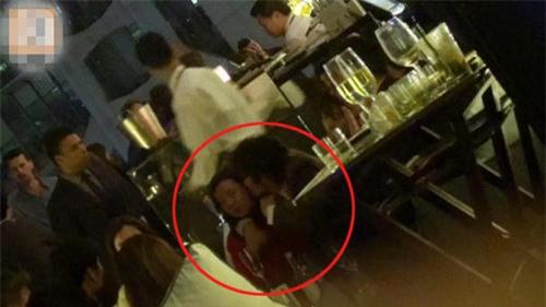 Lee Byung Hun uống rượu say ôm hôn người phụ nữ khác ngay trước mặt vợ - Ảnh 2.