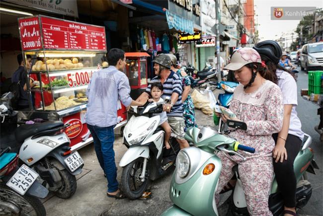 Xe bánh mì gà quen thuộc của người nghèo Sài Gòn: Chỉ 5.000 đồng/ổ, lúc nào cũng đắt khách - Ảnh 1.