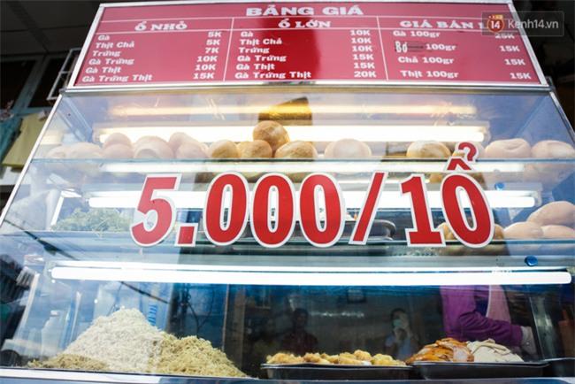 Xe bánh mì gà quen thuộc của người nghèo Sài Gòn: Chỉ 5.000 đồng/ổ, lúc nào cũng đắt khách - Ảnh 2.
