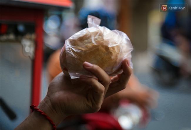 Xe bánh mì gà quen thuộc của người nghèo Sài Gòn: Chỉ 5.000 đồng/ổ, lúc nào cũng đắt khách - Ảnh 10.