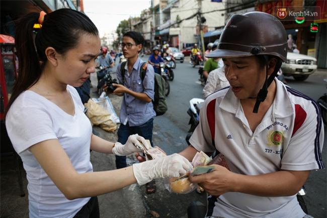 Xe bánh mì gà quen thuộc của người nghèo Sài Gòn: Chỉ 5.000 đồng/ổ, lúc nào cũng đắt khách - Ảnh 12.