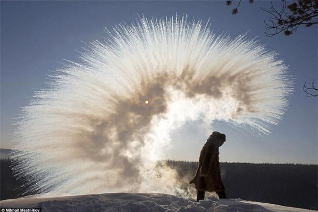 Nga: Những đứa trẻ đóng băng khi vẫn phải đi học trong cái lạnh -53 độ C - Ảnh 1.