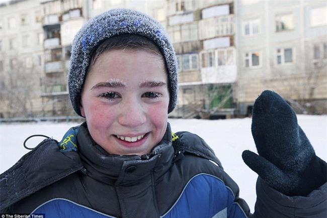 Nga: Những đứa trẻ đóng băng khi vẫn phải đi học trong cái lạnh -53 độ C - Ảnh 2.